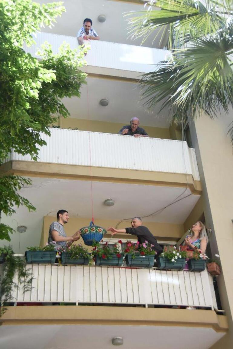 Balkondan sepet sarkıtarak bayram kutladılar