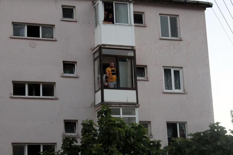 Polisin dur ihtarına uymadı balkona saklandı Hadi gelin de ceza yazın