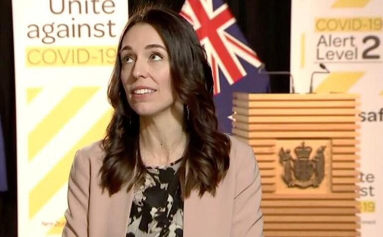 Canlı yayında yakalandı Son dakika... Dünya Başbakanın bu görüntüsünü konuşuyor