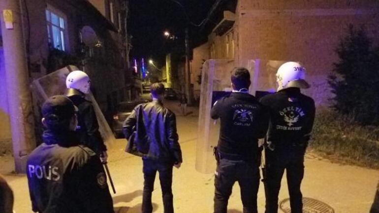 Son dakika Hamile kadını tekmeleyen muhtar, kendisini linçten kurtaran polise de saldırdı
