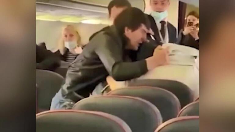 Uçakta corona virüs kavgası