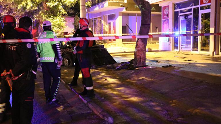 Direksiyon hakimiyetini kaybedince ağaca çarptı... Ölü ve  yaralılar var