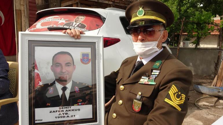 İntikamı alınan şehit binbaşının babası, üniformasını giyip oğlunun mezarına koştu