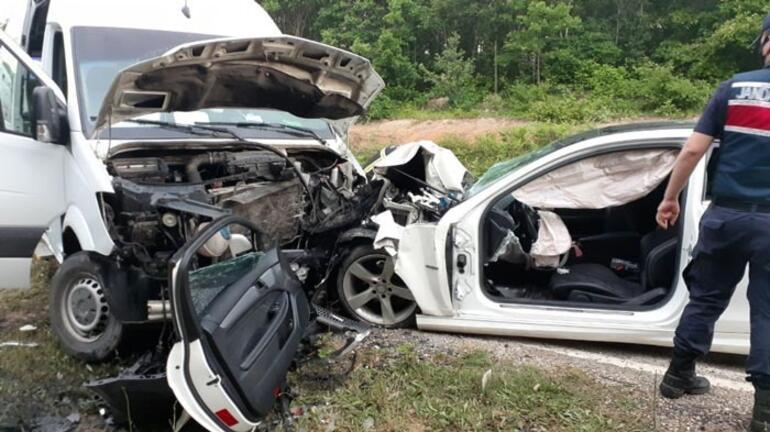 Otomobil ile minibüs kafa kafa çarpıştı Yaralılar var