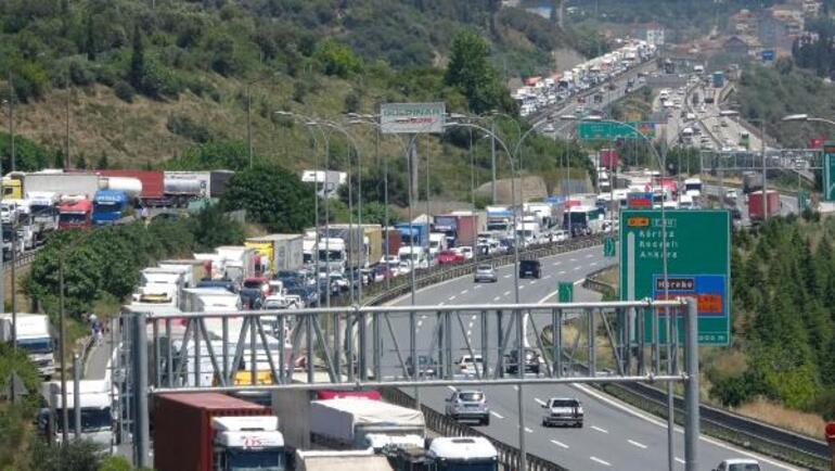 Maddi hasarlı kazanın ardından araçlardan inenlere otomobil çarptı: 7 yaralı
