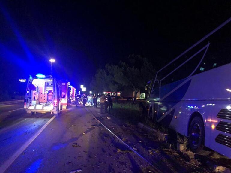 Gece yarısı feci kaza Yolcu otobüsüyle otomobil çarpıştı