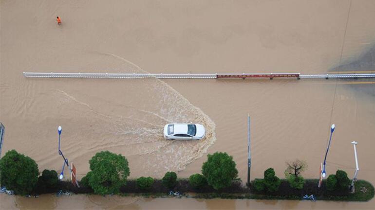 Çin'i sağanak yağış vurdu: 320 bin kişi...