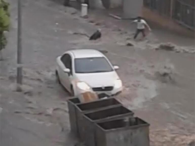 Son dakika: Esenyurtta çatıdan kopan parçalar araçların üzerine düştü