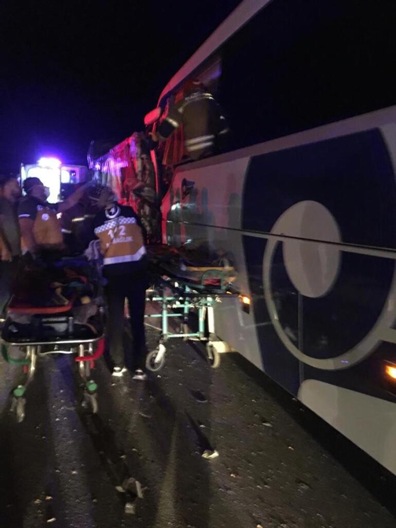Son dakika haberler: Uşakta yolcu otobüsü kamyona çarptı: 2 ölü, 18 yaralı