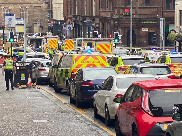 Son dakika... İskoçyada bıçaklı saldırı Saldırgan vuruldu...