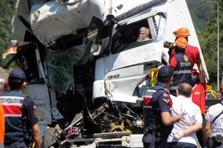 Kamyona çarpan TIRın sürücüsü araçta sıkıştı