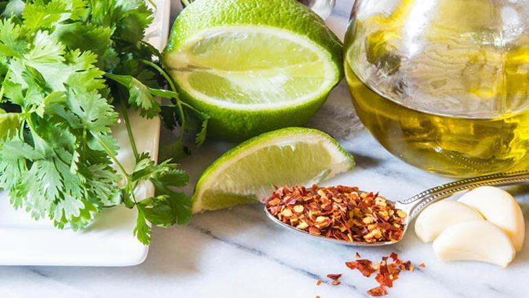 Salata sevmeyenler bu soslardan sonra hayran kalacak İşte kilo aldırmayan 4 salata sosu tarifi