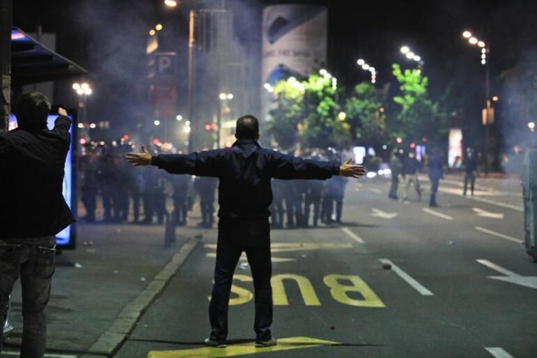 Sırbistanda corona virüs protestosu Ortalık karıştı