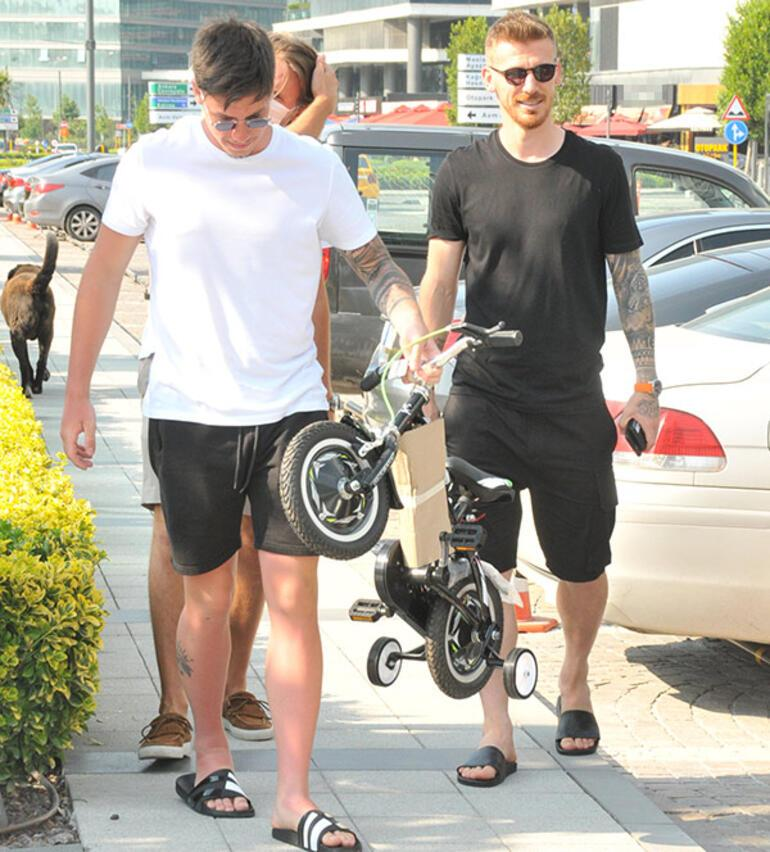 Arkadaşından oğluna bisiklet hediyesi