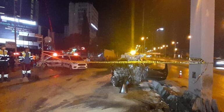İstanbulda feci kaza Otomobil yön tabela direğine çarptı