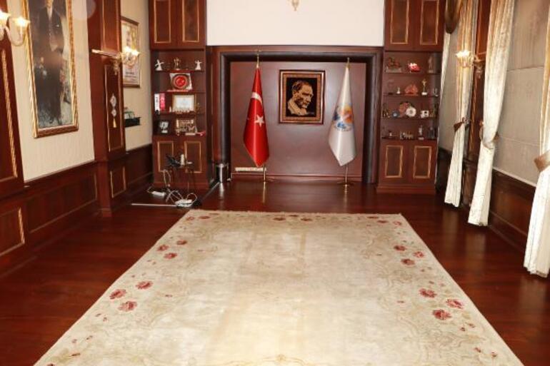 Son dakika Adana Büyükşehir Belediyesine icra şoku Başkanlık makamındaki eşyalara el konuldu