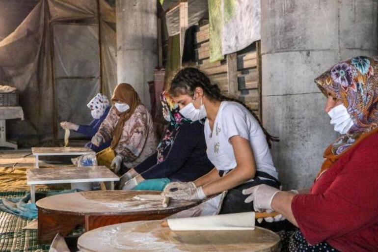Eski cami yol ortasında kaldı, 80 gönüllü gözleme satarak yeni cami yaptırıyor