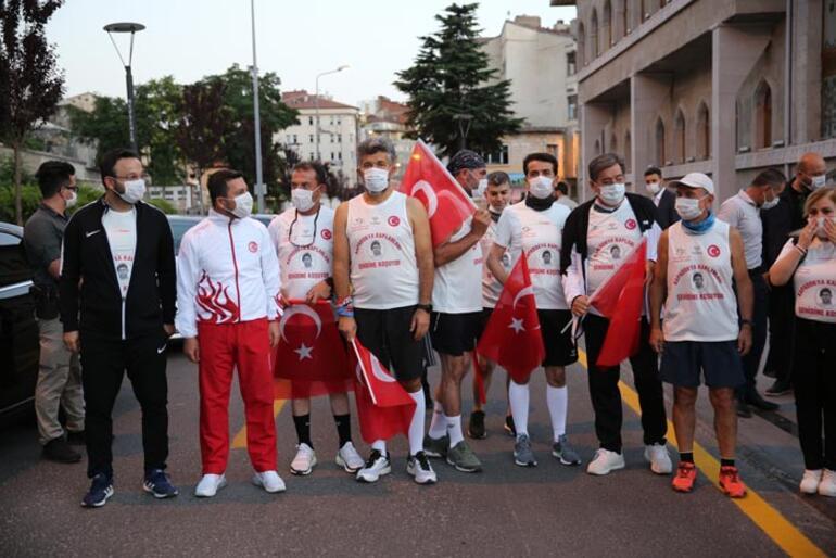Nevşehirden bir grup sporcu, Ömer Halisdemirin Niğdedeki kabrine koşuyor