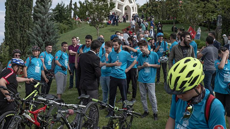 Onlarca bisikletli 15 Temmuz Şehitler Köprüsünü geçerek şehitler makamına geldi