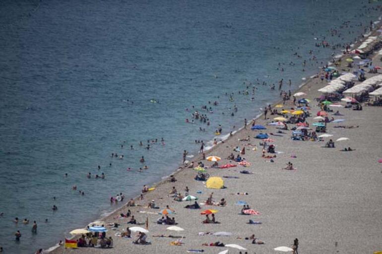 Antalyada sıcak hava ve yüksek nemden bunalanlar plajlarda serinledi