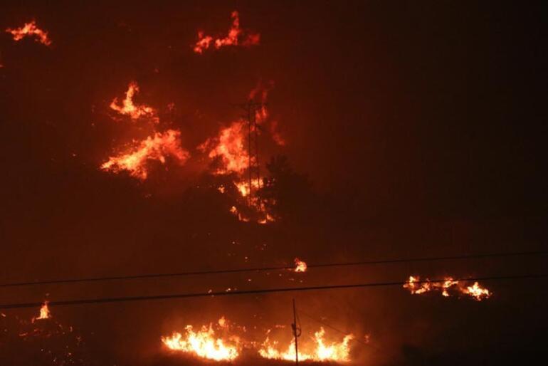 İzmirde korkutan yangın Rüzgarla birlikte etkisi arttı