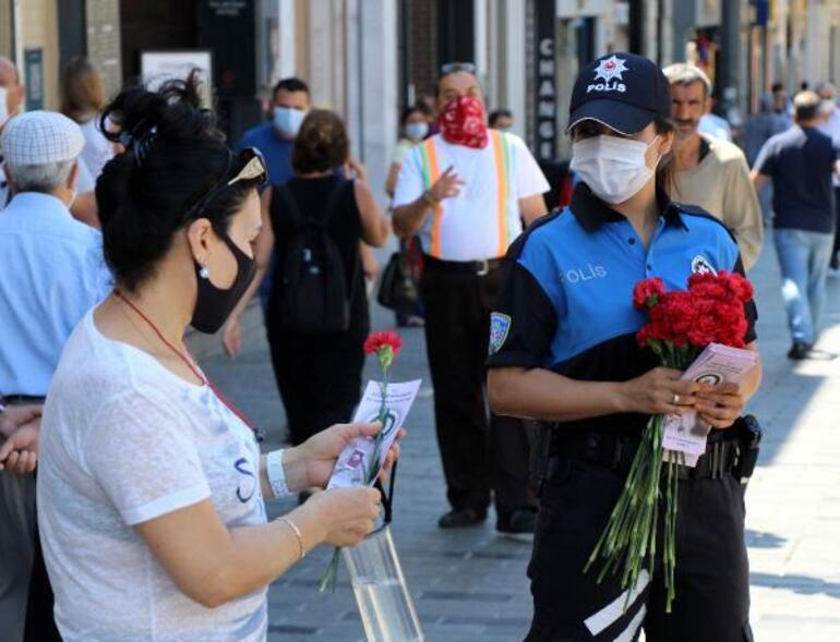 Taksim Meydanı ve İstiklal Caddesinde polisten kadınlara KADES bilgilendirmesi