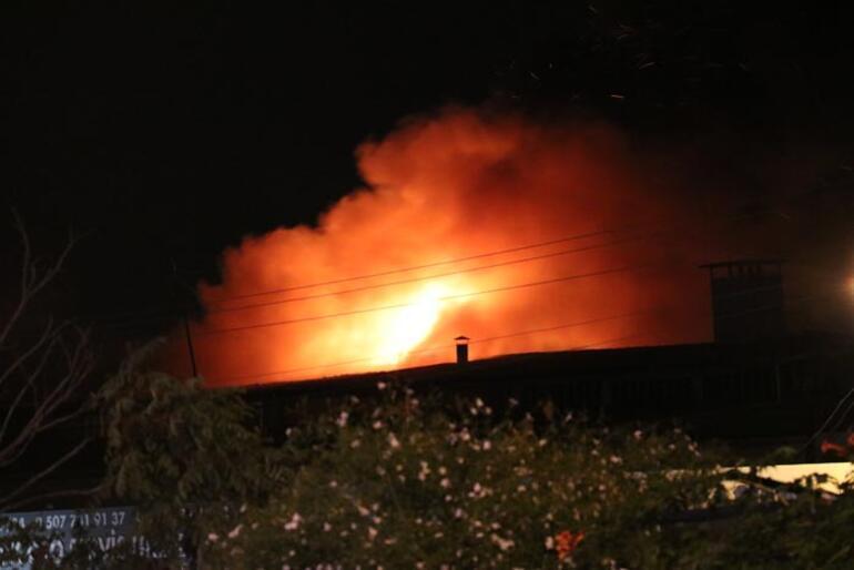 İzmirde korkutan dükkan yangını Yan tarafa sıçradı...