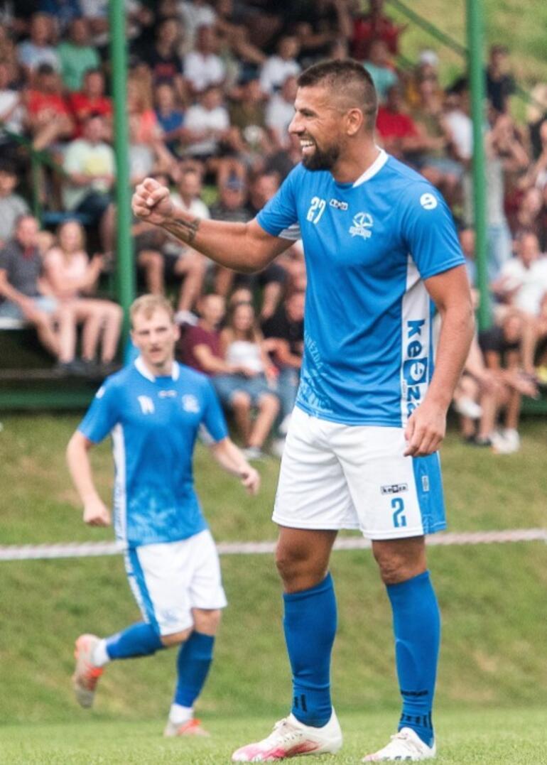 Milaon Baros gollerle döndü, bütün köy maça geldi