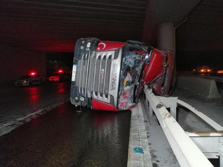 Hafriyat yüklü kamyon yan yattı metrelerce sürüklendi