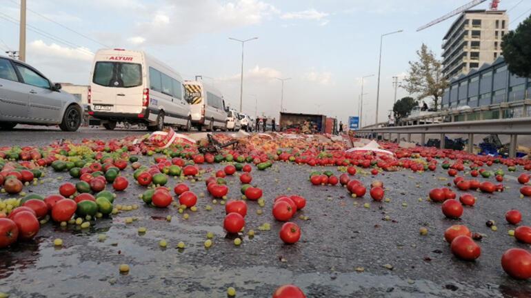 Otomobilin çarptığı sebze yüklü kamyonet devrildi Yaralılar var