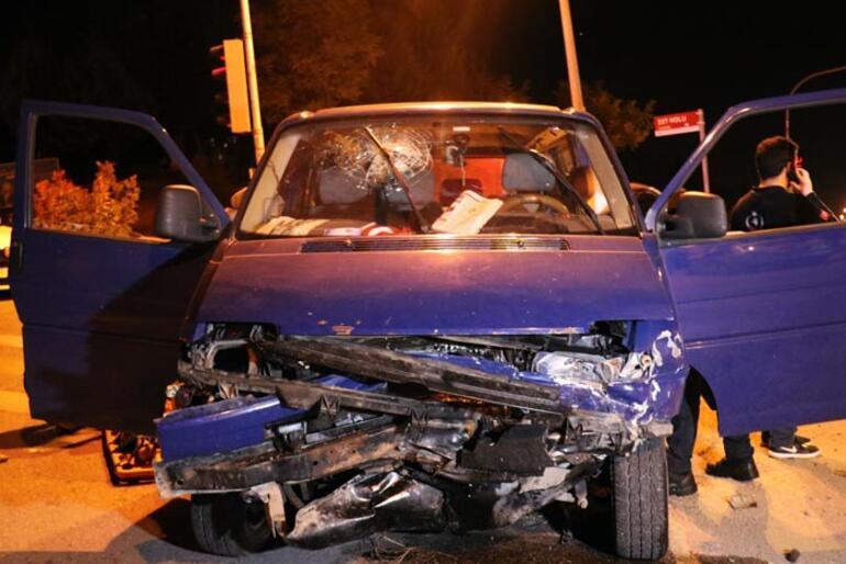 Minibüs ile otomobil çarpıştı: Ortalık savaş alanına döndü