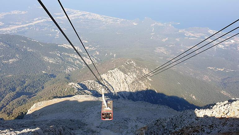 Binlerce metre yükseklikteki dağa ziyaretçi akını