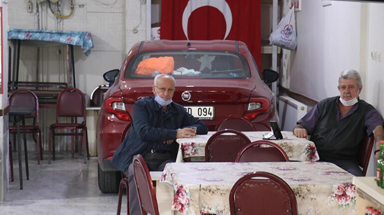Otomobilini doludan korumak için kahvehaneye park  etti