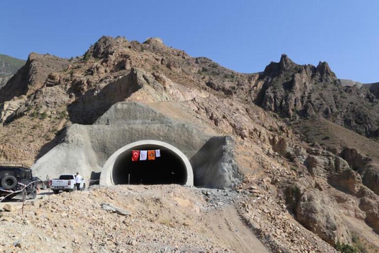 Bakan Karaismailoğlu Yusufeli Barajı inşaatını inceledi