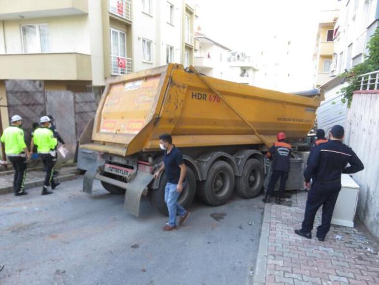 Maltepede hafriyat yüklü kamyon binaya çarptı: 1 yaralı