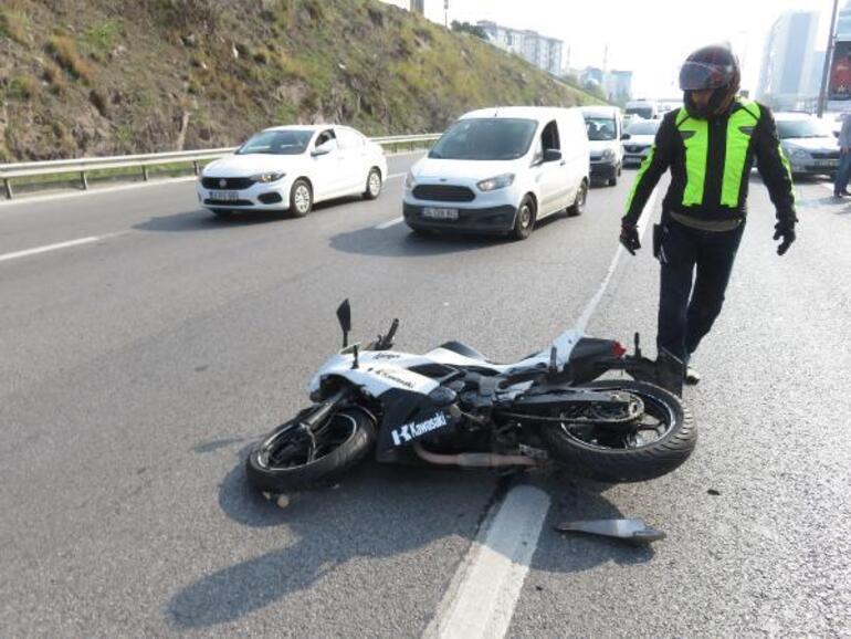 Maltepede otomobille bariyer arasında kalan motosikletli yaralandı