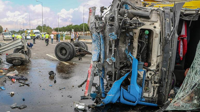Direğe çarpıp devrilen kamyonunun tekerlekleri koptu