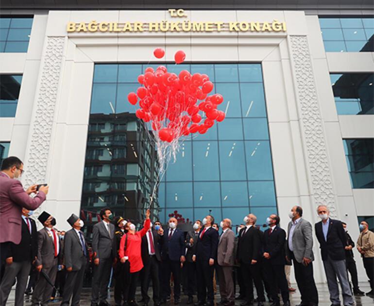 Bağcılar'da Cumhuriyetin 97. yılında Türk bayraklı 97 balon uçuruldu