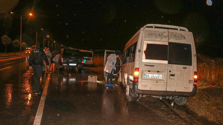 Düzensiz göçmenleri taşıyan minibüs kaza yaptı: Ölü ve yaralılar var