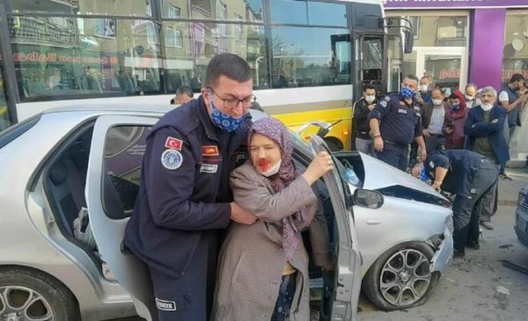 Midibüs ile otomobilin çarpıştığı kaza kamerada:  2'si ağır, 7 yaralı
