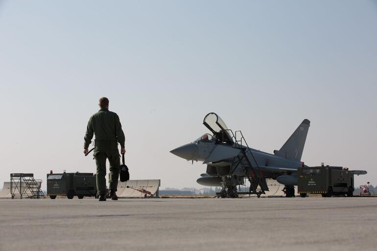 İngiltereye ait Eurofighter Typhoon ile Türk F-16 uçakları birlikte ilk eğitim uçuşlarını yaptı