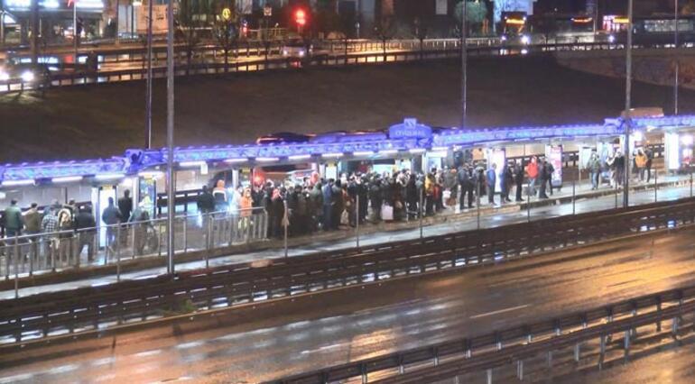 Kısıtlamaya dakikalar kala.... Metrobüste yoğunluk oluştu