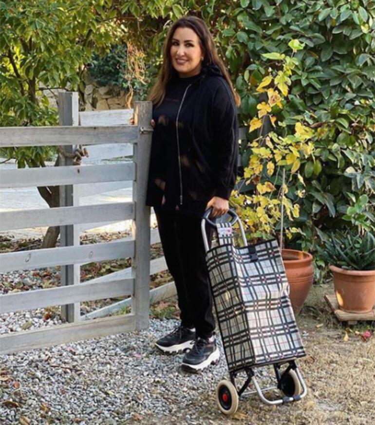 Nükhet Duru pazara gidiyor
