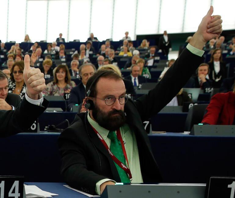 Eşcinsellik karşıtı parlamenter, eşcinsel seks partisinde yakalanınca istifa etti