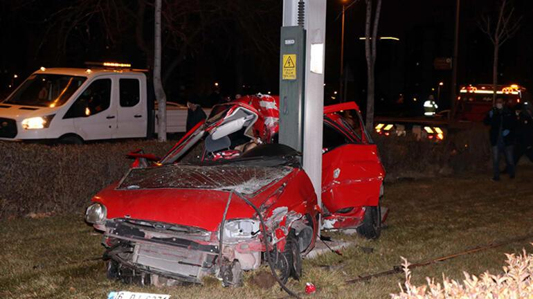 Otomobil demir direğe çarptı 2 ölü, 1 yaralı var