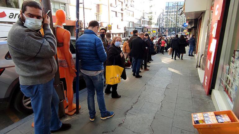 İstanbulda şaşırtan kuyruk Saatlerdir bekleyen var