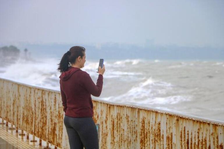 Antalyalılar dev dalgalarla fotoğraf çekilebilmek için sahile akın etti