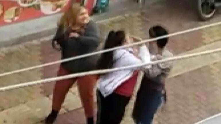 Adıyamanda iki kız kardeş sokak ortasında bir erkeği dövdü