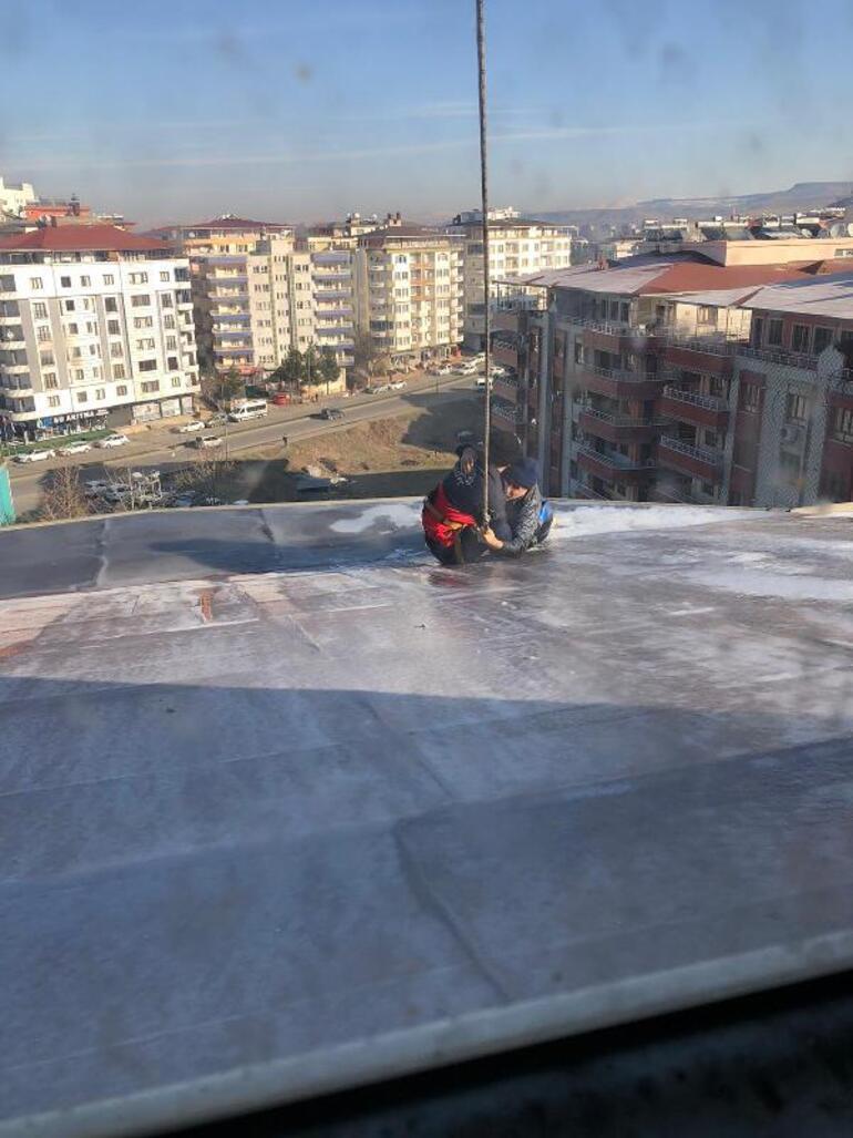 8 katlı binanın çatısında can pazarı Saatlerce yardım bekledi