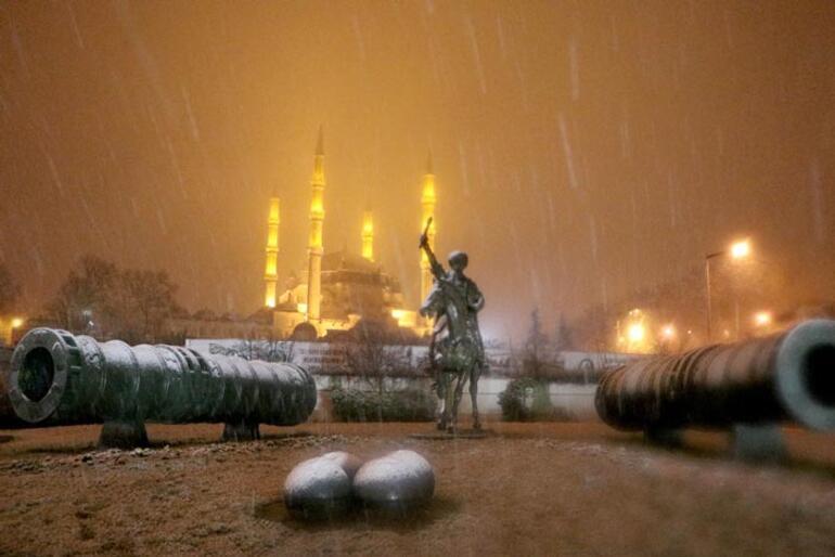 Son dakika... İstanbula çok yakın Beyaza büründü